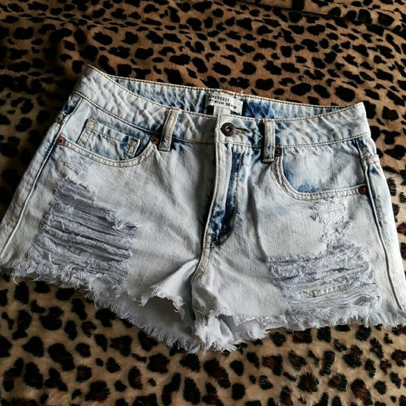 High-waisted Denim shorts LOVE these shorts! Barely worn! They don't fit me anymore so I'm looking to sell or trade for size 25 High-waisted shorts. Forever 21 Shorts Jean Shorts