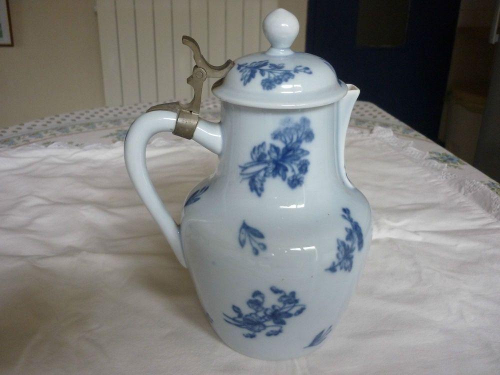 Pichet verseuse en porcelaine de mehun decor fleurs bleues attache etain