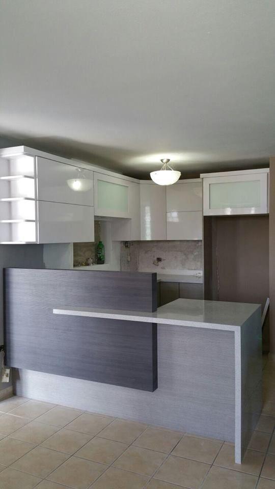 Cocina moderna con gabinetes en pvc gris y blanco for Gabinete de cocina de pared de color blanco