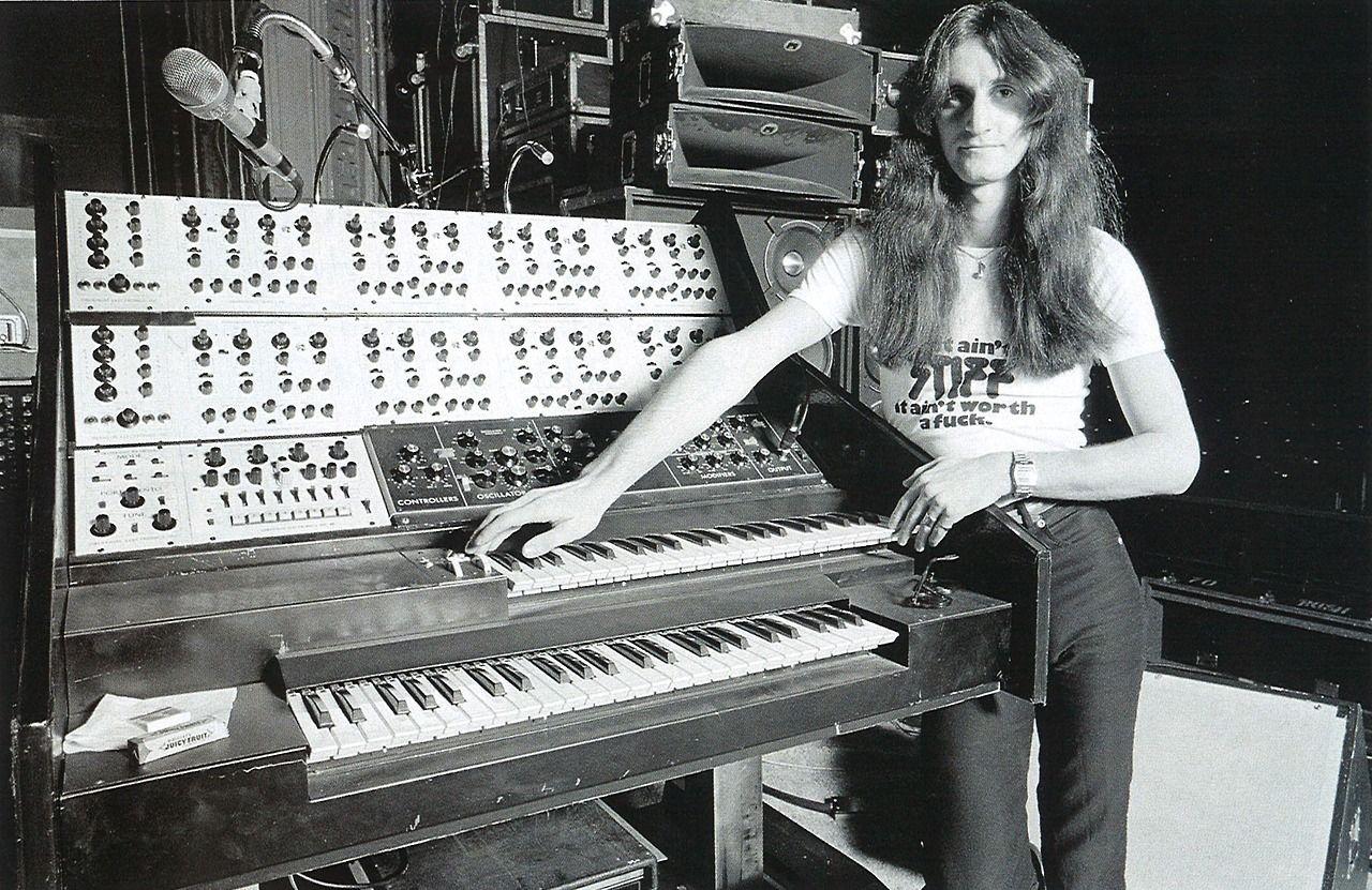 Geddy Lee. Dig the Stiff Records tee! | Geddy lee, Synthesizer ...