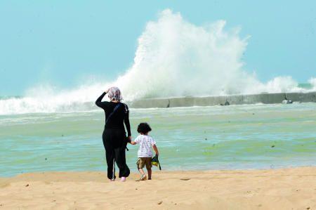 تلاطمت أمواج البحر متجاوزة الكاسر الحجري أمس في شاطئ عجمان تصوير ويلسون للرؤية Natural Landmarks Landmarks Niagara Falls