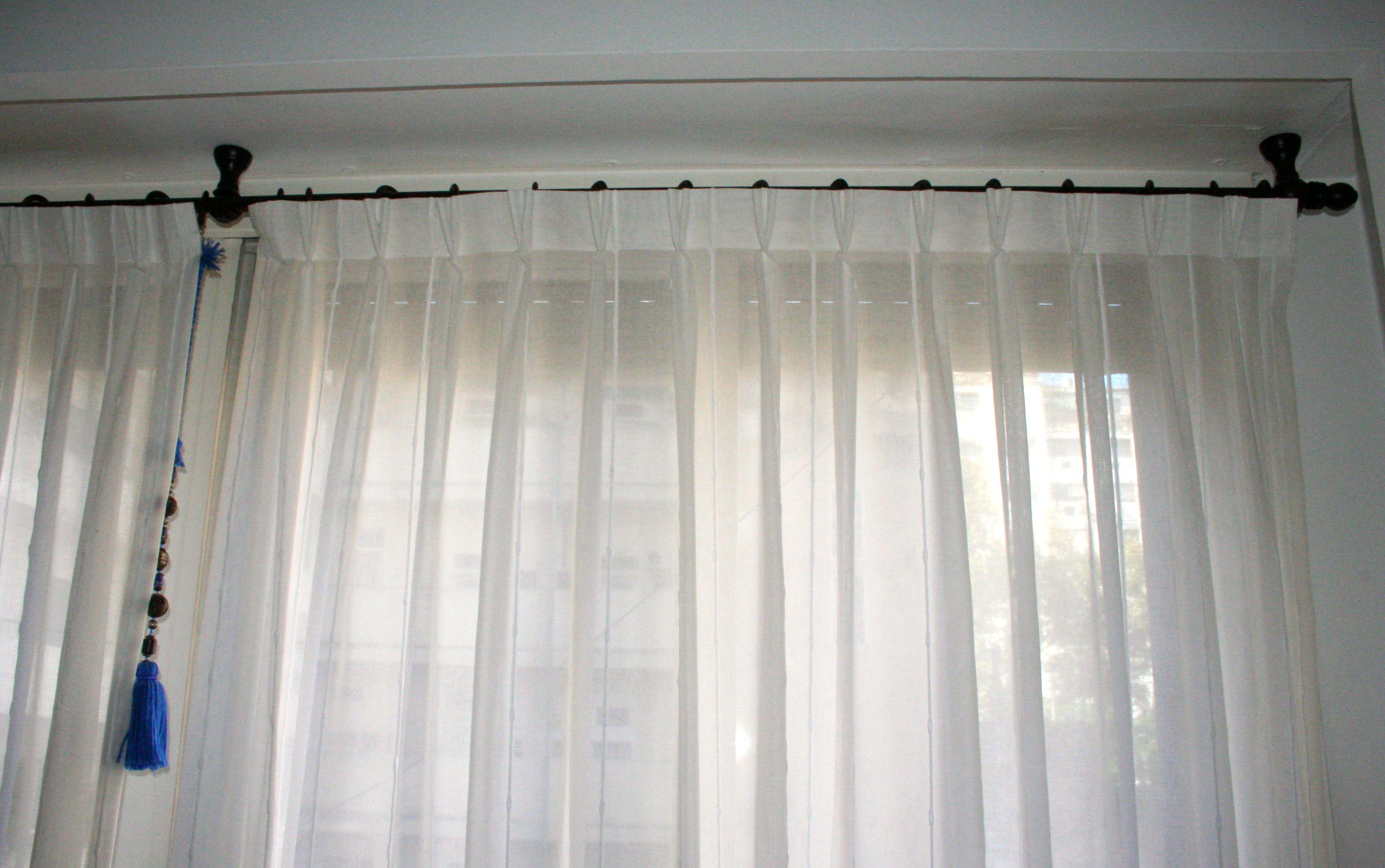 Cortina de gasa blanca con detalles de fantas a con for Rieles para cortinas