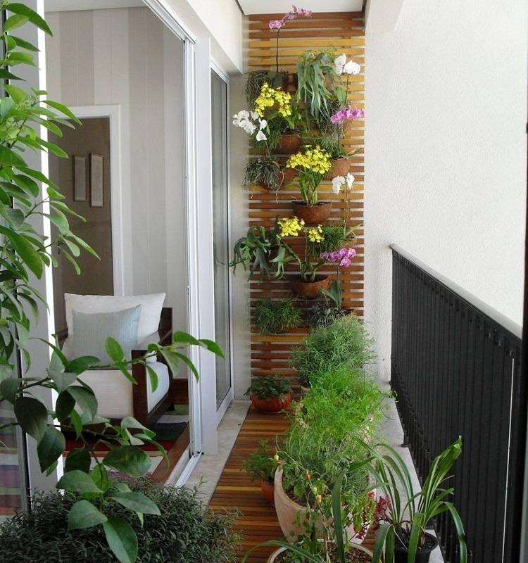 Kleiner Balkon mit Blumenkübeln und Rankgitter For the Home - kleine terrasse gestalten ideen