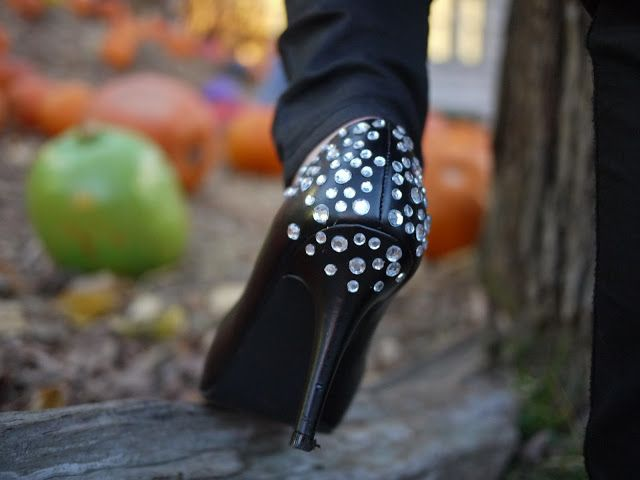 Diy shoe jazz up some old heels with jewels diy favs i love do it yourself diy mes escarpins strass solutioingenieria Gallery