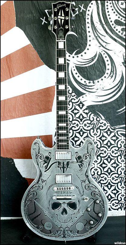 La guitare du lead de Hell Rules Heaven, une Gibson ES Midtown gravé par les gars de chez Wild Custom. Retrouvez des cours de guitare d'un nouveau genre sur MyMusicTeacher.fr