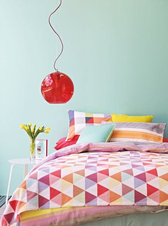 Licht turquoise met intense accenten voor een frisse slaapkamer met ...