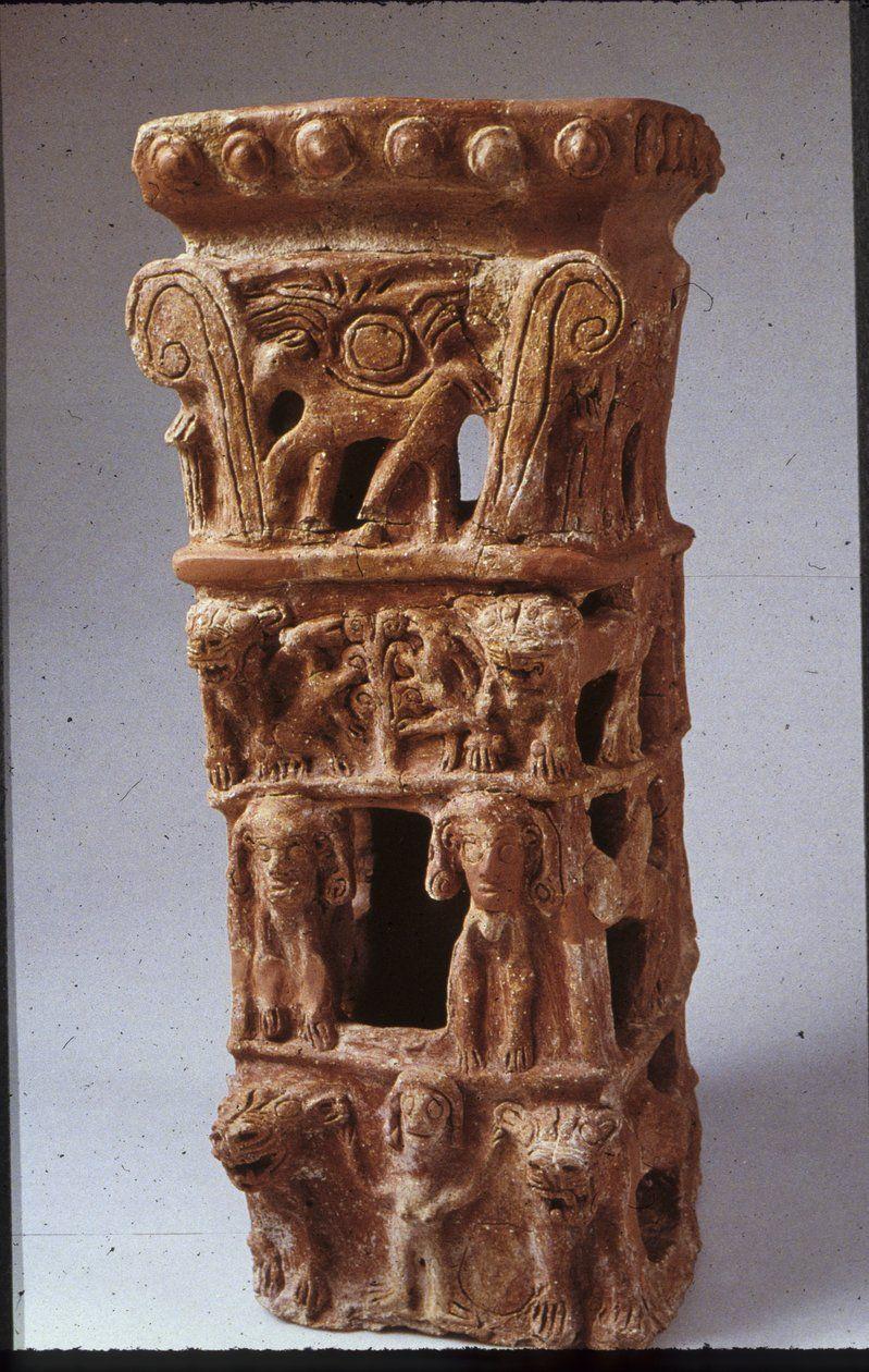 Stojan z izraelského Taanachu 900 pnl. Jednotlive poschodia: nahá bohyňa Ašera v parochni podobnej Hathor, s levmi po boku; okrídlené sfingy; strom života - symbol Ašerat, s kozami a levmi; býk so slnkom - symbol plodivej sily boha