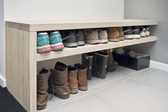 Kan være en løsning for gangen hjemme - smart med både plass til å sitte for å ta på seg sko og skoppbevaring
