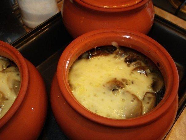 Фото к рецепту: Мясо в горшочке с картофелем и сыром