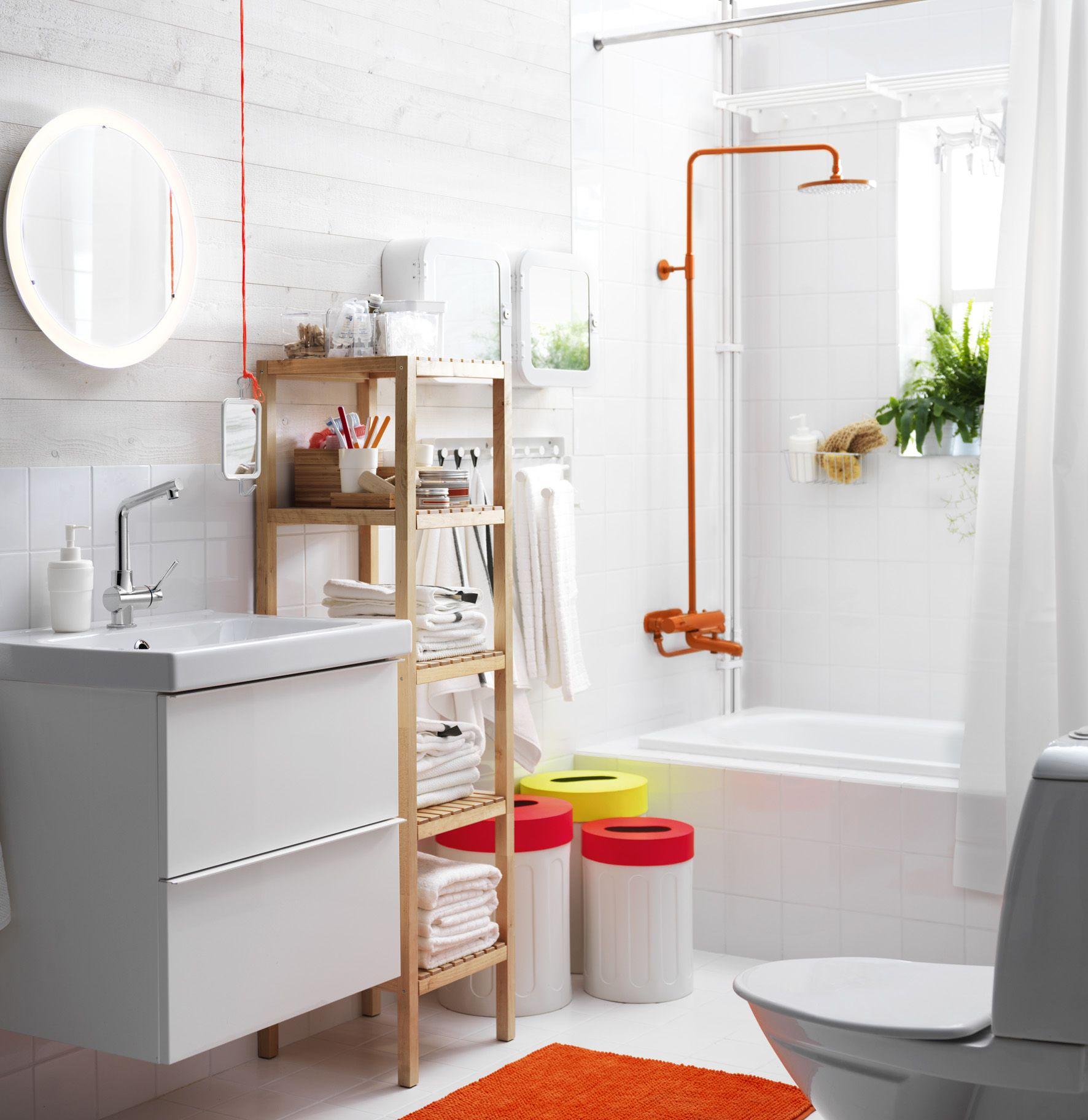 Badkamer met wit badkamermeubel GODMORGON van #IKEA ...