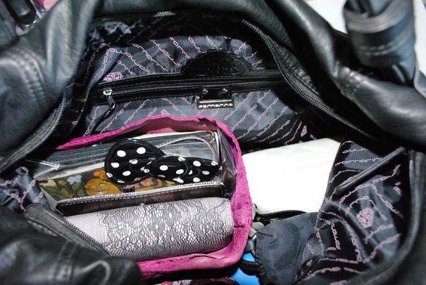 La nostra beauty editor Maria Elena va in giro con una bellissima borsa Fornarina in cui c'è veramente di tutto... nel caso dovessero rapirla... http://www.milady-zine.net/whats-in-my-bag-5-la-borsa-fornarina-di-maria-elena/