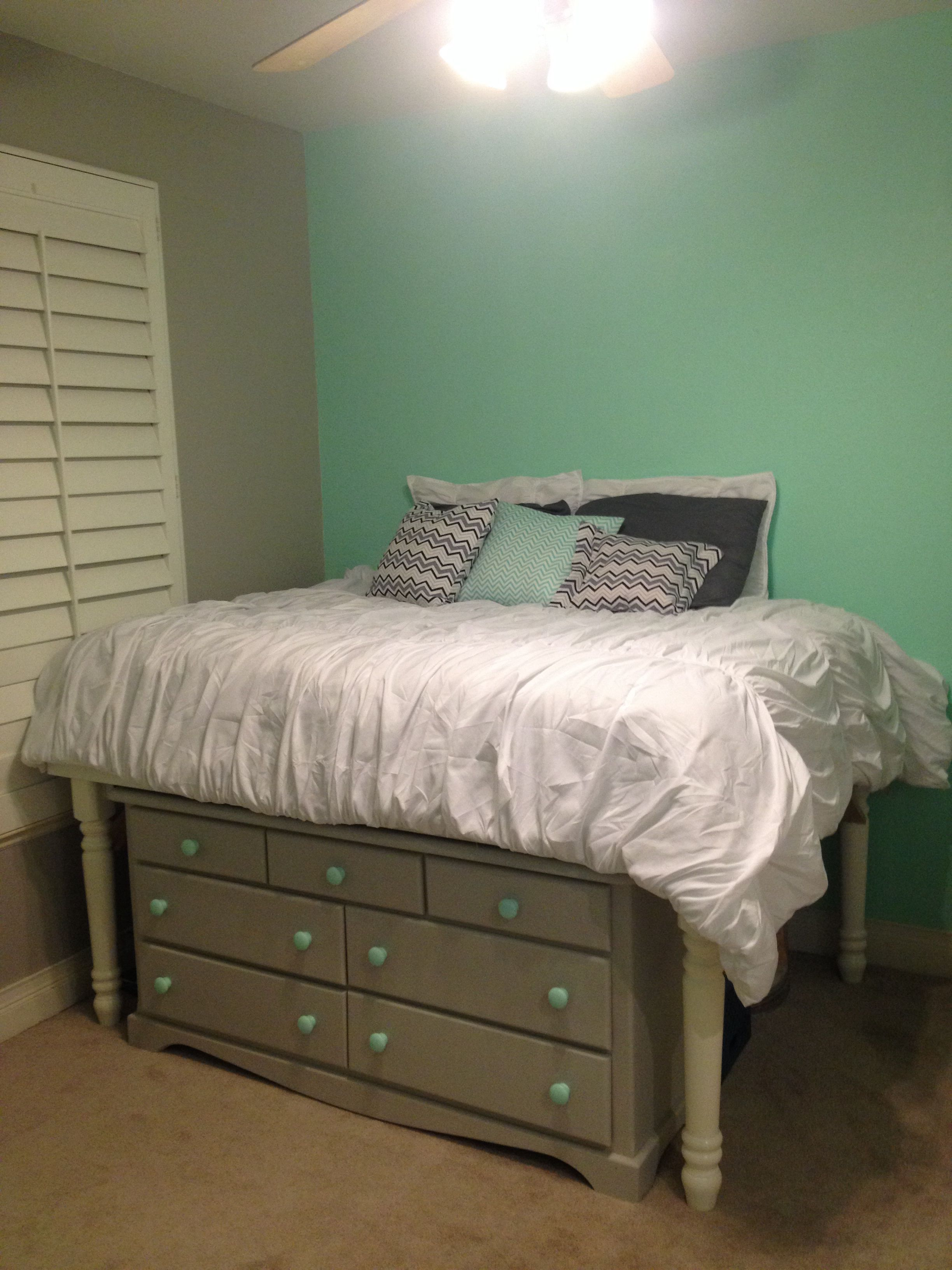Diy Bedroom To Give You Space Put The Dresser Under Your Bed