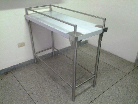Mesa con barandas