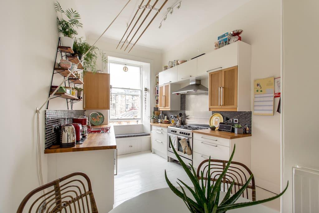 Centrally Located Bright Victorian Tenement Flat Flats For Rent In Edinburgh Kitchen Decor Apartment Flat Decor Flat Interior