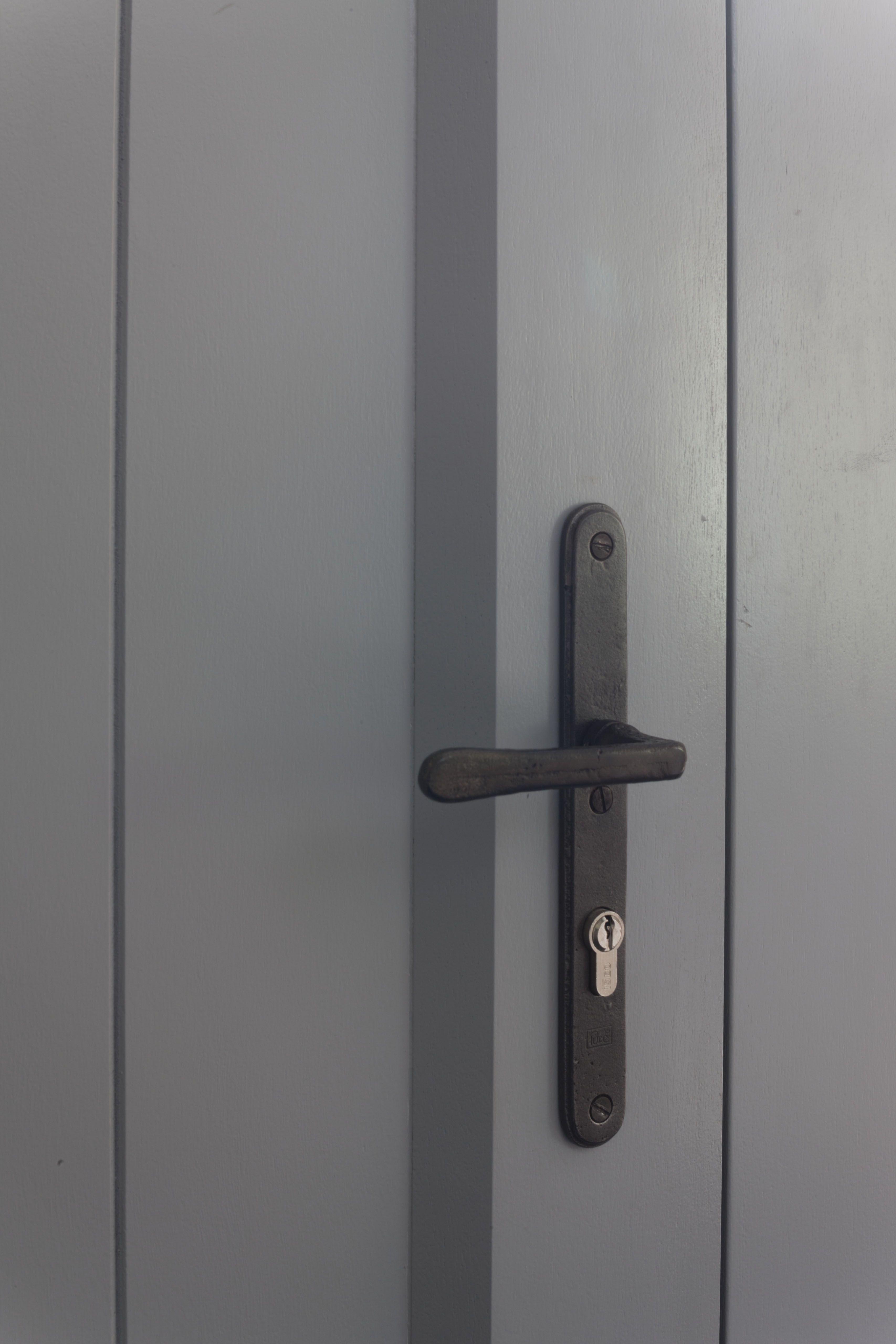 Favoriete zwart deurbeslag op grijze deur. Mooi! | deur beslag in 2019 GQ72