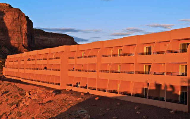 monument valley view hotel quantum of solace honeymoon. Black Bedroom Furniture Sets. Home Design Ideas