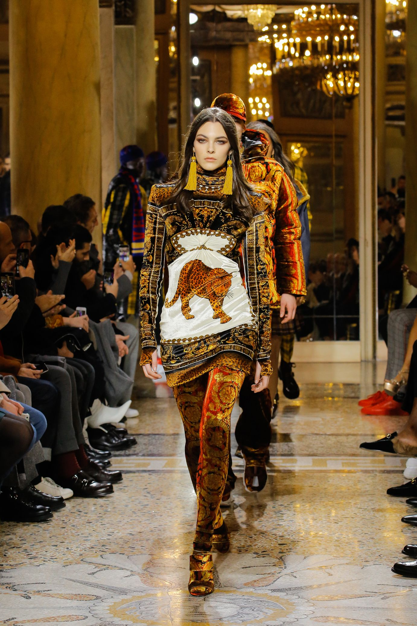 e4b49e80bb3a Versace  Fall Winter 2018-2019   Versace colorful   Pinterest ...
