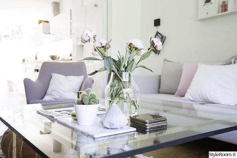 olohuone,lasipöytä,kukat,maljakko,sohva,harmaa,vaaleat sävyt,violetti,sohvatyynyt,harmonia,valoisa,vaalea,sohvapöytä,koriste-esineet