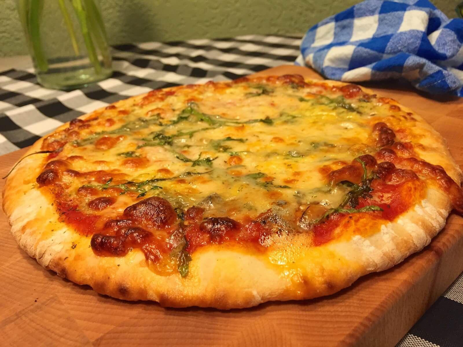 Elke kaasliefhebber vind deze pizza ontzettend lekker, de intense smaak van deze vier kazen is bijzonder lekker. Bijkomend voordeel, deze pizza blijft langer warm. Door de kaas ontstaat er een mini oven en blijft de bodem langer warm. Uiteraard kun je zelf je favoriete kazen kiezen, maar deze 4 zijn zowat het populairst.