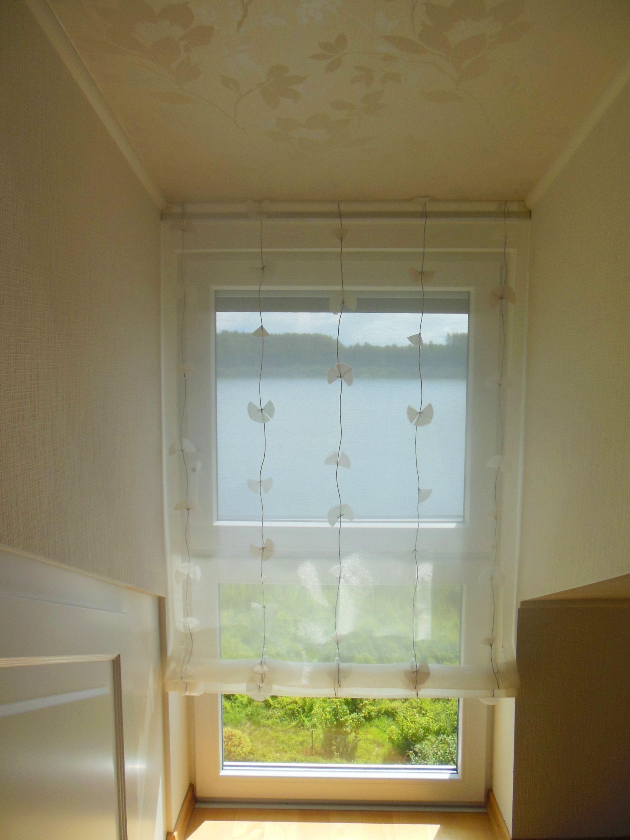 luftig leichtes raffrollo als transparente dekoration im flur treppenaufgang stoff von. Black Bedroom Furniture Sets. Home Design Ideas