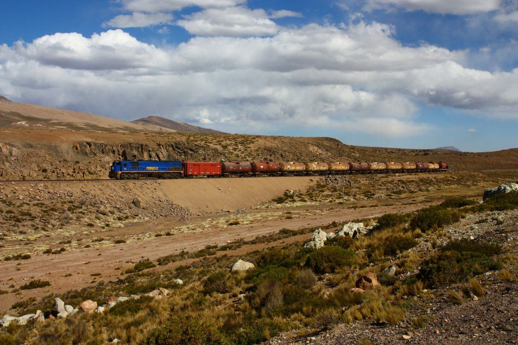 Perurail 751 on the altiplano at ~3800m a.s.l. rolling towards Juliaca