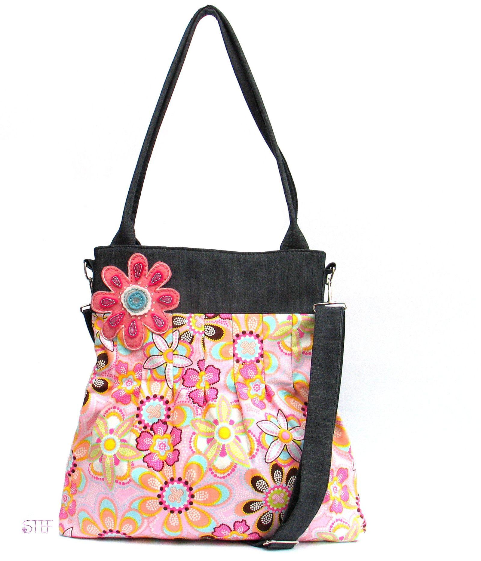 60eb753066 Riflová+kabelka+s+květinovou+broží+Kabelka+je+vyrobena+z+tmavě+modré ...