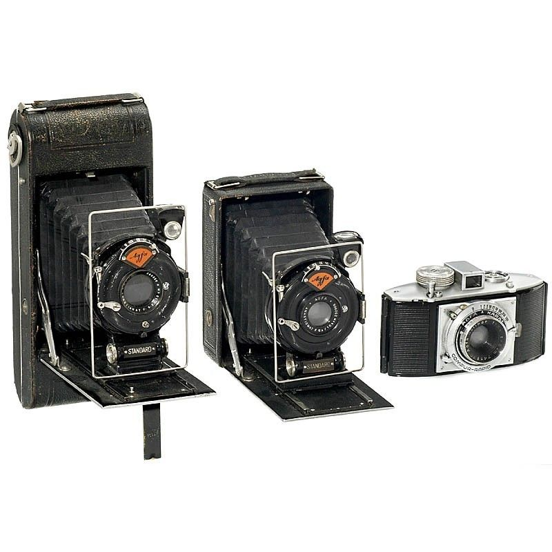 Agfa, Munich. 1) Standard, 1926, 6,5 x 9 cm plate camera, Anastigmat 6,3/10,5 cm. (3+/3-) - 2) Standard, 1926, 6,5 x 11 cm plate camera, Anastigmat 6,3/13 cm. (3/3) - And: 3) Karat 3,5, 1938, Solinar 3,5/5 cm, Compur-Rapid (3/3). - Add-on: Rietzschel 9 x 12 plate camera.