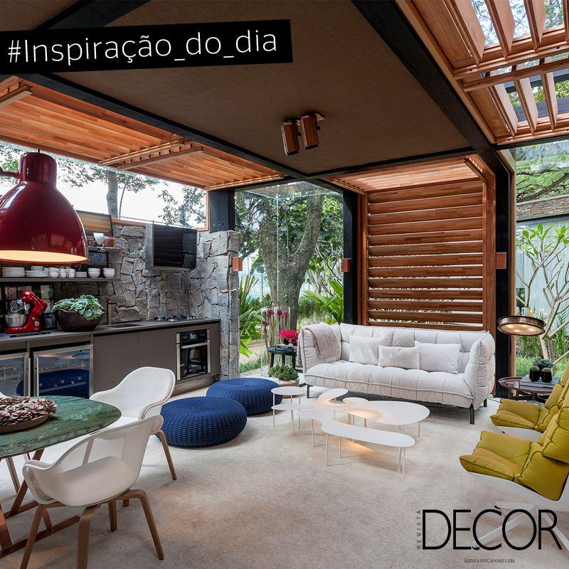 Integrado com a natureza, este espaço gourmet traz descontração nos mínimos detalhes. Destaque para a parede em pedra que abriga modernos utensílios de cozinha. Já o mobiliário harmoniza com as brises, inspirando aconchego.