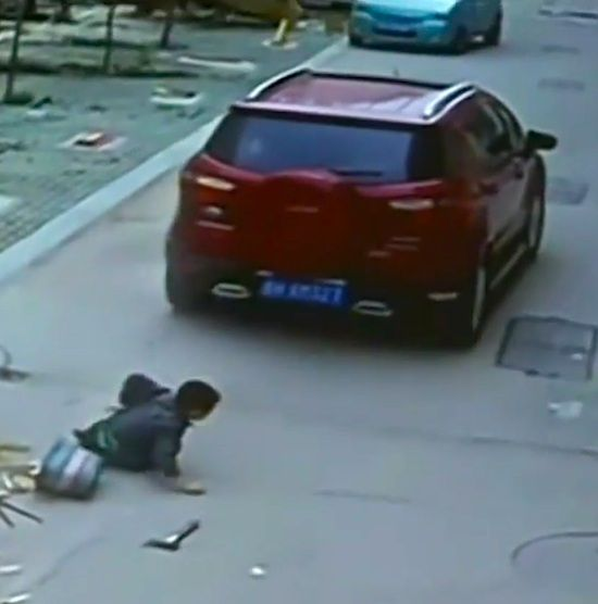6 YEAR OLD CHINESE BOY GOT RUN OVER BY A CAR BUT LUCKILY SURVIVES!