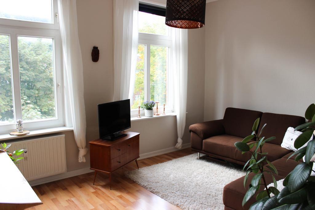 Schlichte, aber moderne Wohnzimmereinrichtung: Parkett ...