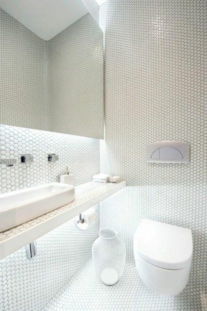 jolie salle de bain en mosaique blanche dans la salle de bain