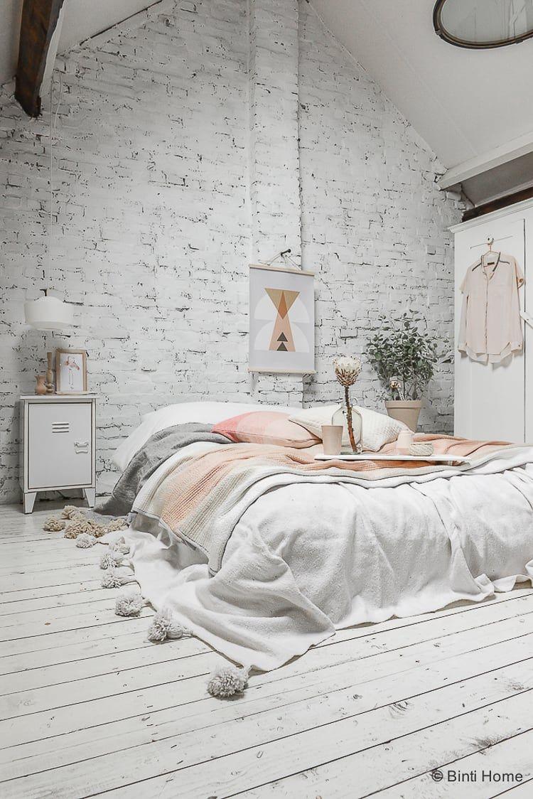 Pastel slaapkamer inspiratie met een wit bakstenen muur | Slaapkamer ...