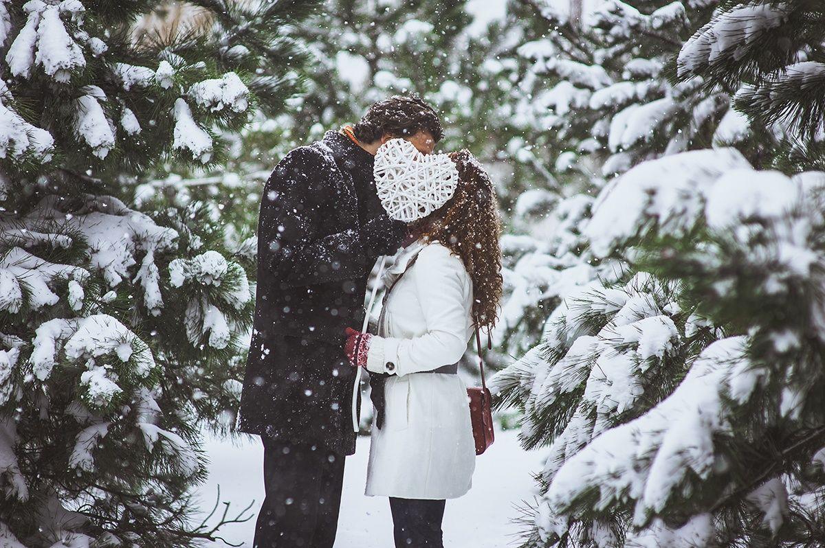 фото пар зимой со спины прижимался