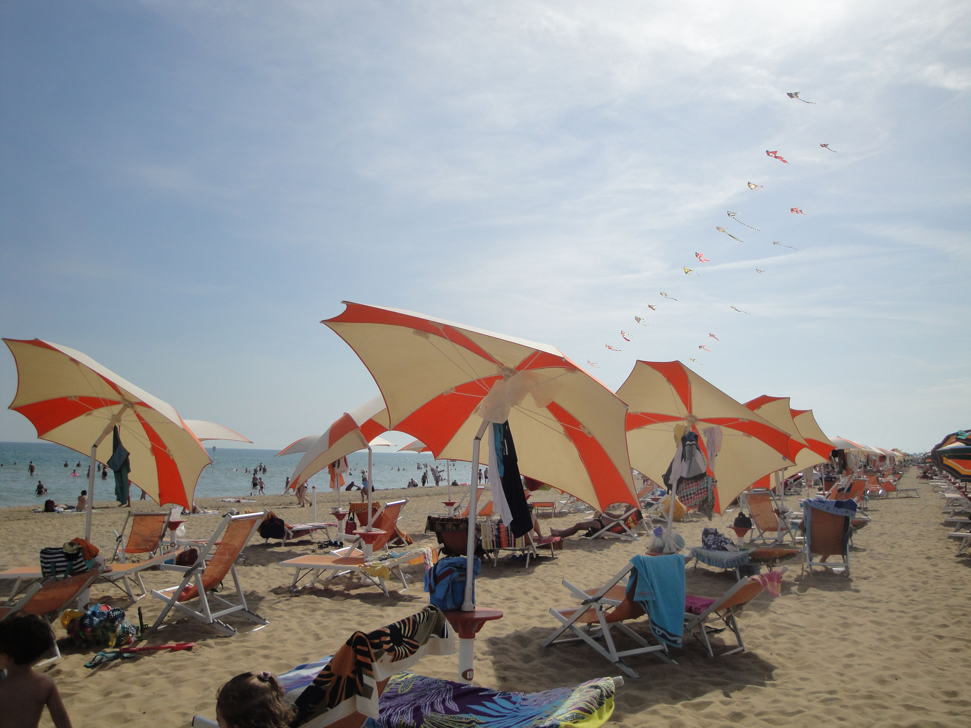 Комплект зонт+два лежака на номер бесплатно в Бибионе