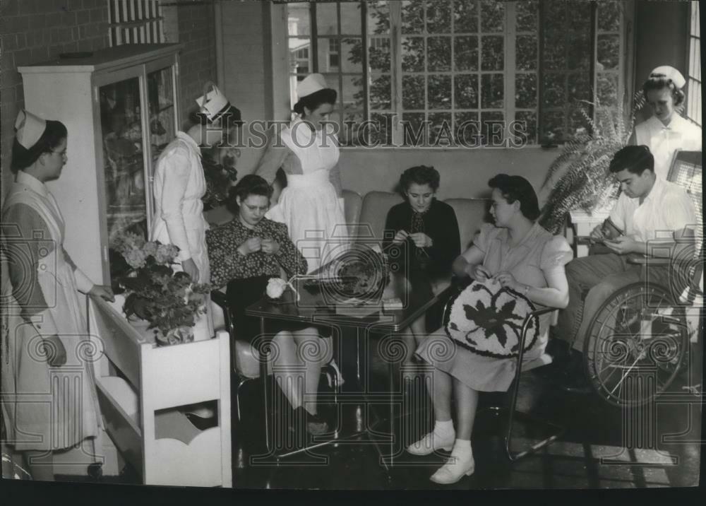 1942 PRESS PHOTO St. Luke's Hospitalknitting session