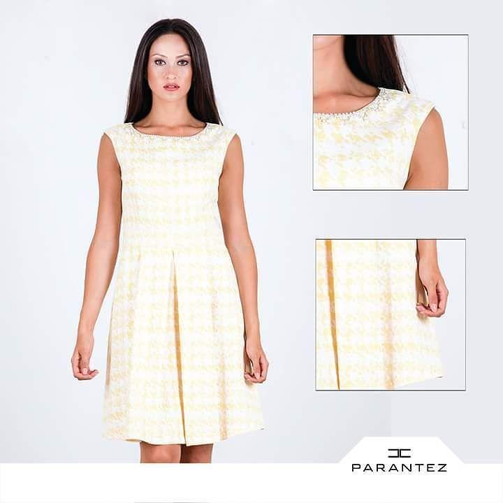 313b8c536159f İnci ve taş işlemeli yaka detayı ile öne çıkan sezonun trend elbise  modelleri #parantezgiyim