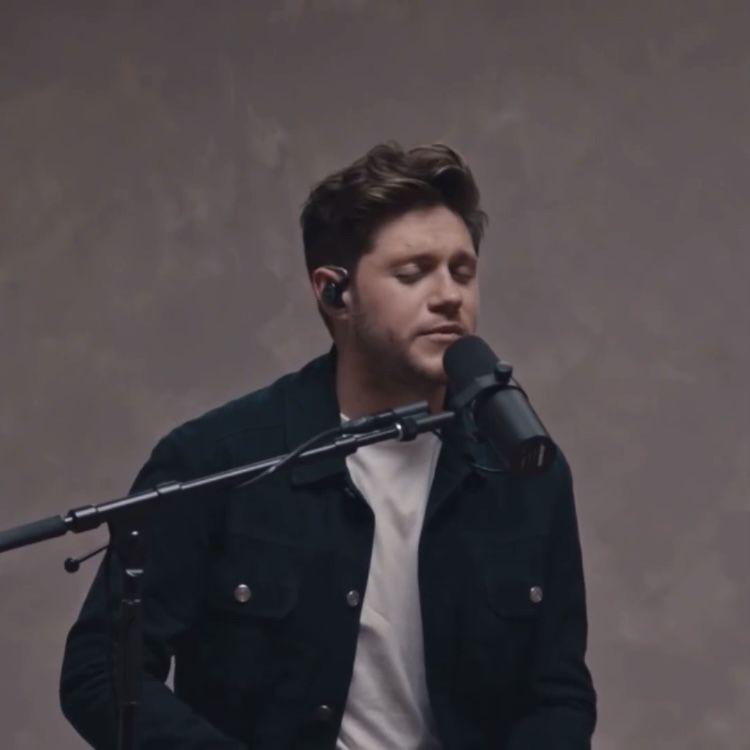 Niall Horan Singing Put A Little Love On Me Acoustic Version In 2021 Singing Niall Horan Acoustic