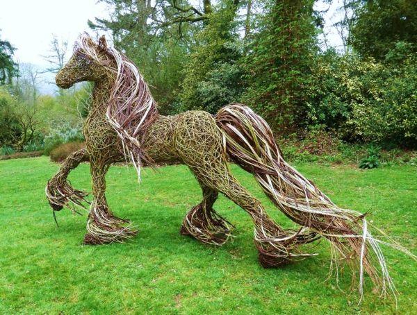 Gartenfiguren Sorgen Sie Fur Eine Asthetische Erscheinung Im Garten Gartenfiguren Garten Pferde Deko