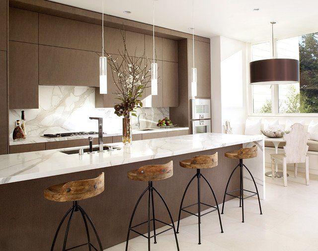 Cocina marrón y blanca con bancos altos de madera y metal Islas