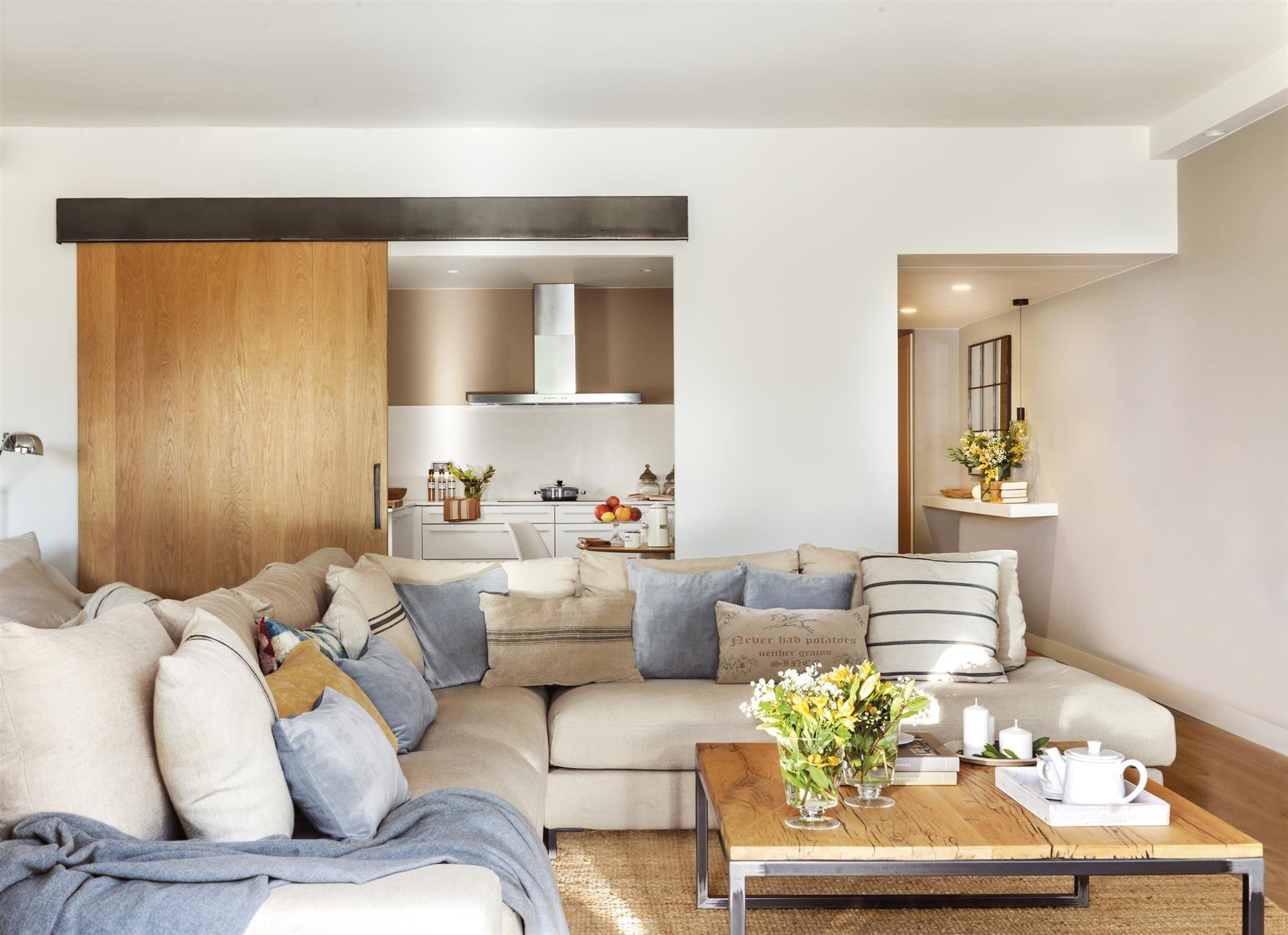 IMG 8431. Salón en blanco, beige y detalles en azul comunica con la ...
