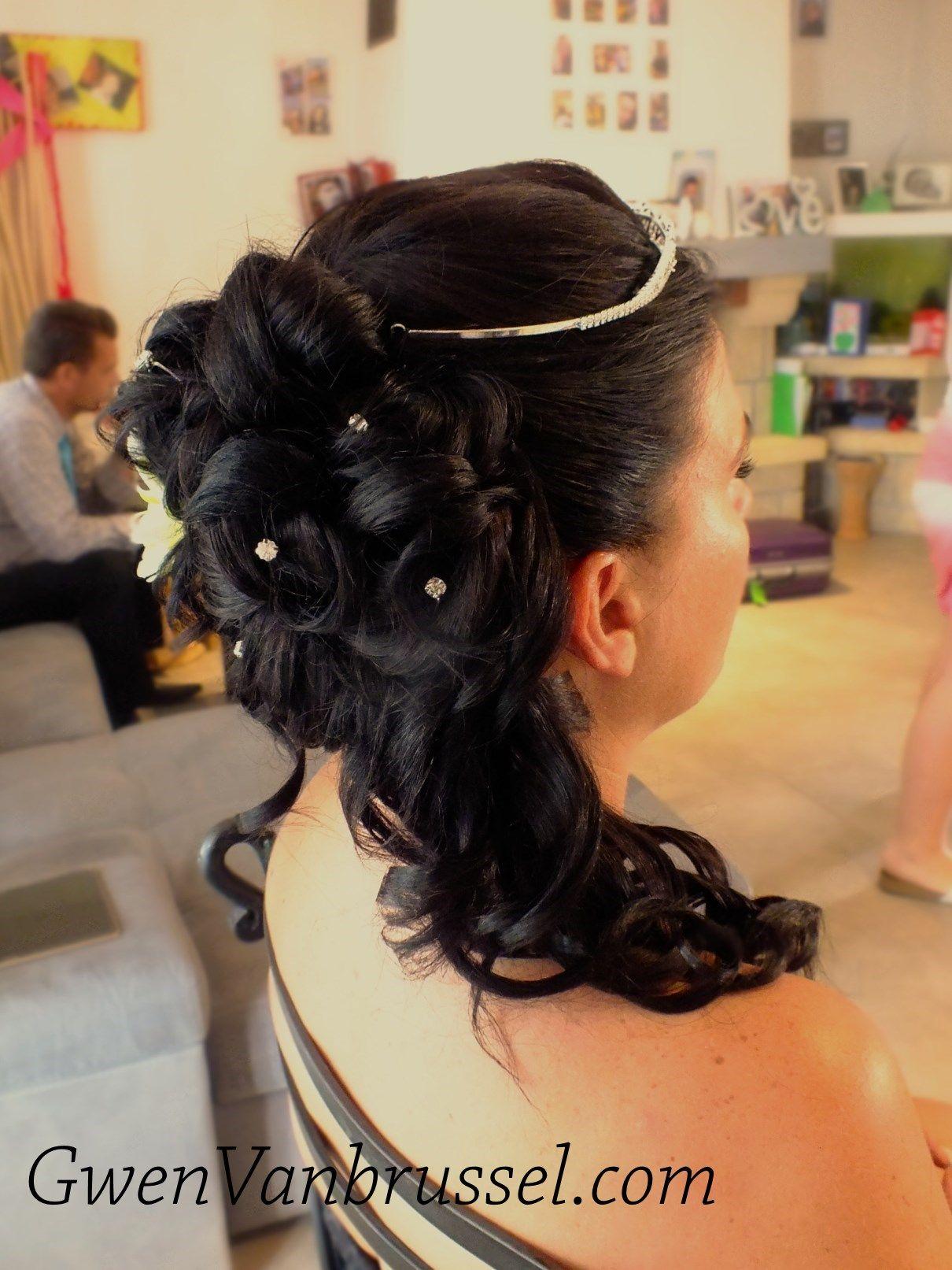 Coiffure de mariée - Cascade de boucles sur le côté | Coiffure mariée cheveux mi-longs, Coiffure ...