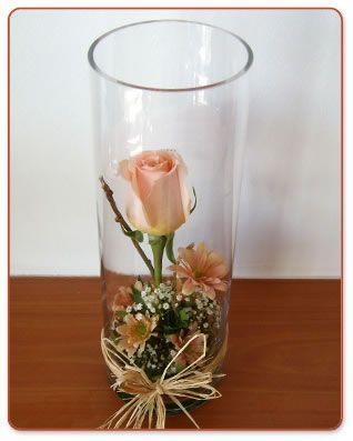 rosa con silvestre en florero de vidrio