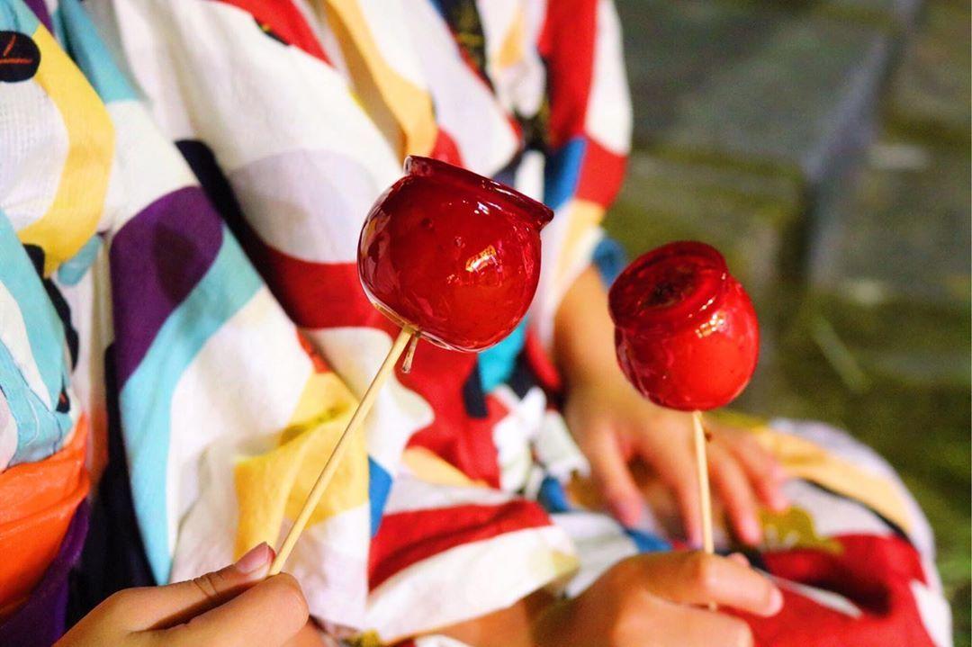 beppucco さんはinstagramを利用しています お祭りといえば りんご飴 無性に食べたくなります いちご飴 キウイ飴も 美味しそうだったな 色んな屋台 美味しい食べ物に 大はしゃぎで 飴 イラスト 美味しい食べ物