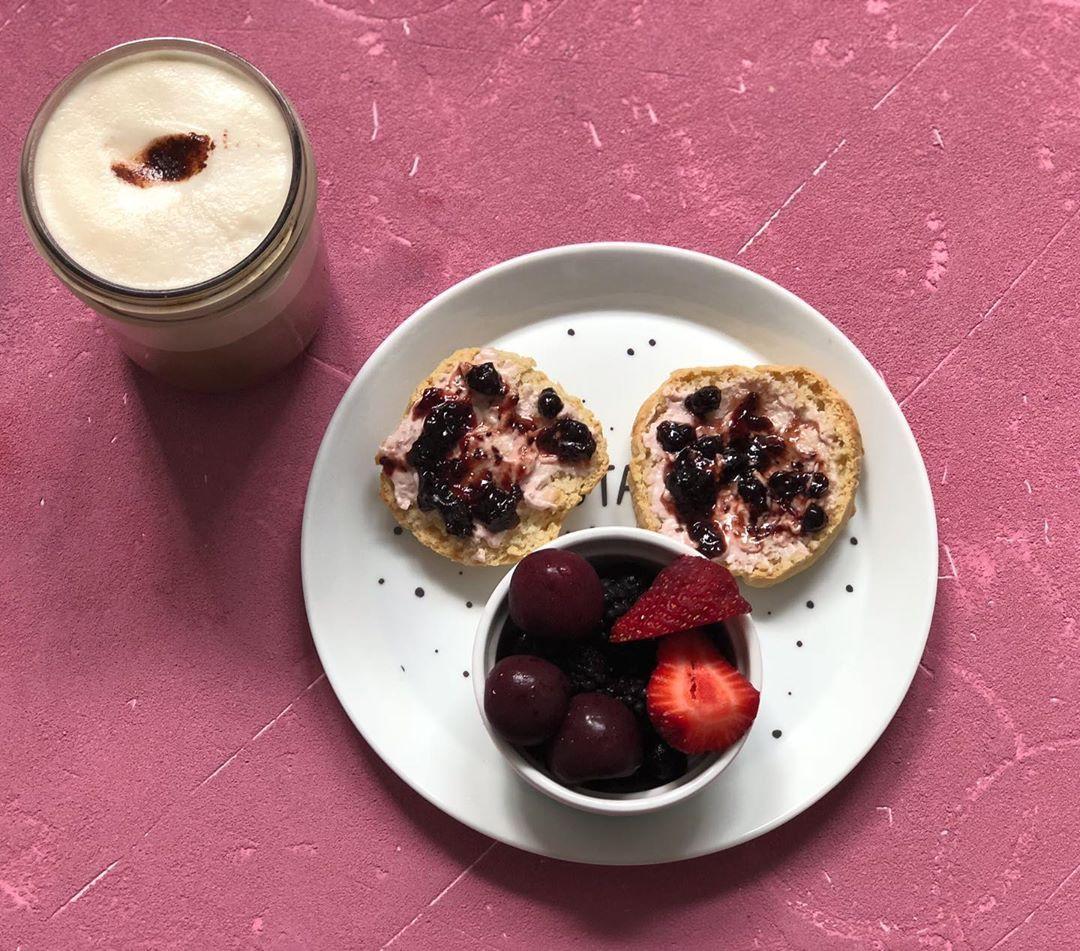 Vegan 🌱 scones with strawberry cashew cream cheese & blackcurrant jam 🍓🍒💯 . . . . .