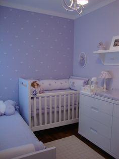Esse quarto lilás é inspirado em borboletas e fadas, que aparecem no enxoval do berço, na cama de babá e no quadrinho acima do berço. Na parede, pintura especial de borboletas. Um encanto !