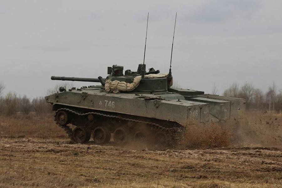 俄罗斯军演耍酷 不料身后战车却掉链子_网易军事