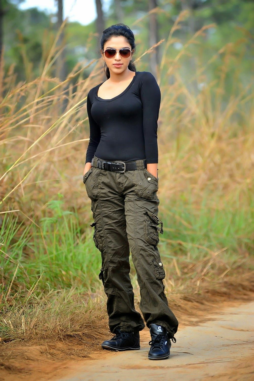 These actresses look very hot in black jeans, they become uncontrollable seeing pictures