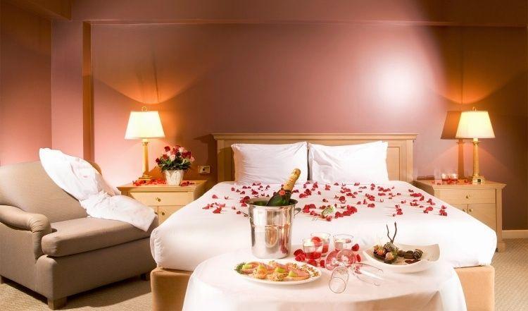 romantische Deko fürs Schlafzimmer Rosenblätter auf dem
