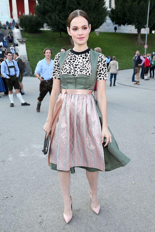 dc3292e08312 Modemutig kombinierte Schauspielerin Emilia Schüle ein Leopardentop zu  ihrem rosa-grünen Dirndl von Ludwig   Therese. Experiment geglückt!