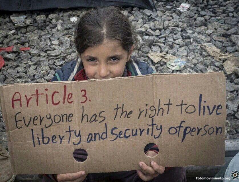 Articolo 3 della Dichiarazione Universale dei Diritti Umani: Ogni individuo ha il diritto di vivere in libertà e sicurezza della propria persona. Una ragazza oggi a Idomeni